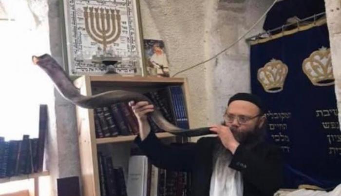El Rabino Yaacov Sheperd tocando el Shofar en la Yeshivá Disporá de Israel.