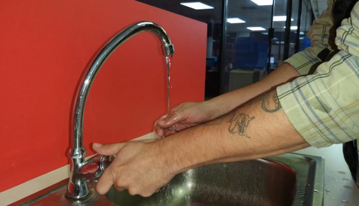 La potabilización del agua se realiza en espacios cerrados, confirma la entidad.
