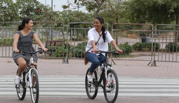 Emilene Aguayo junto a su hija adolescente, en una de las jornadas de esparcimiento en el parque Samanes.