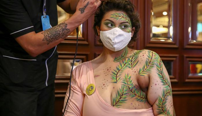 Una mujer fue registrada al posa con las cicatrices de sus mastectomías pintadas con coloridos motivos florales , durante el lanzamiento de la campaña