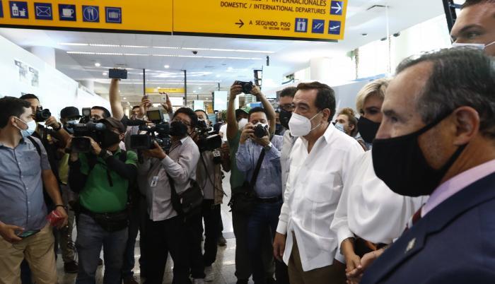 Jaime Nebot y Cynthia Viteri en el aeropuerto (32619896)
