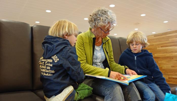 Abuela contando historias a su nieto