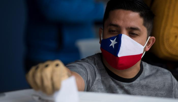 Un hombre ejerce su voto este domingo en el Estadio Nacional en Santiago.