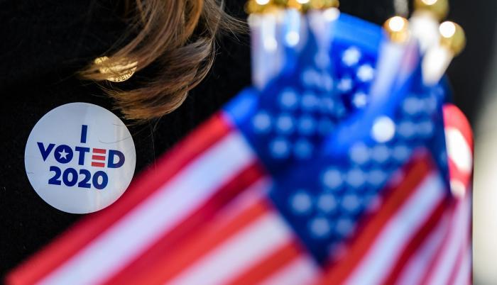 En unos comicios sin prescedentes, la pregunta de quién logrará jurar como presidente de los estadounidenses está en el aire.