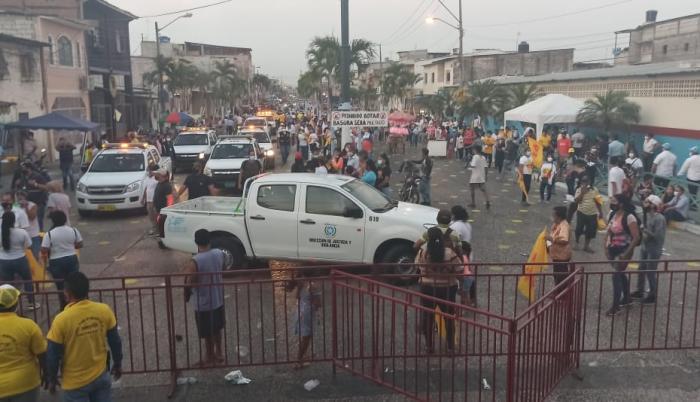 Agentes de la seguridad municipal llegaron a disipar la aglomeración.