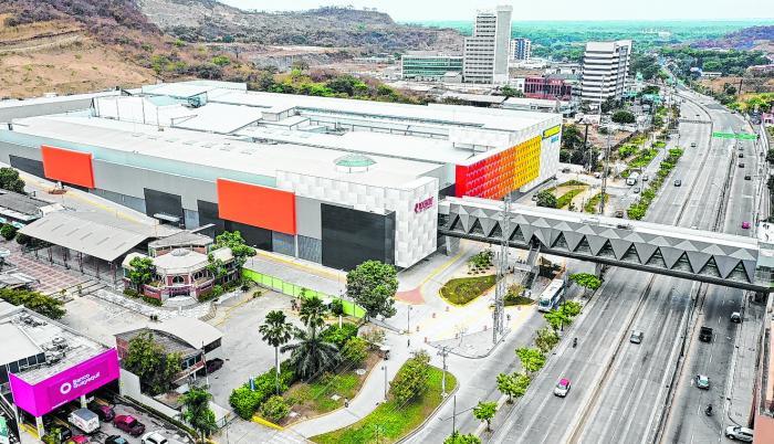 Así luce el nuevo centro comercial, unido al edificio de Riocentro Ceibos por un puente peatonal.