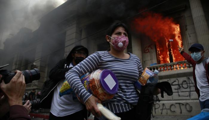 El Congreso de Guatemala envuelto en llamas.