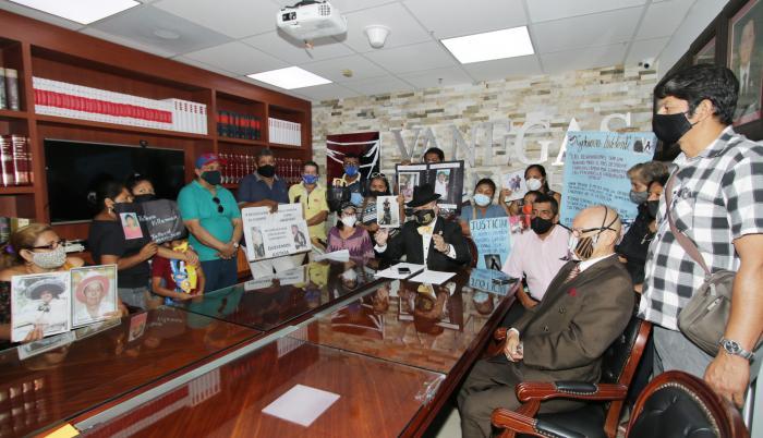 Reunión. Familias de los fallecidos en pandemia, junto a su abogado.