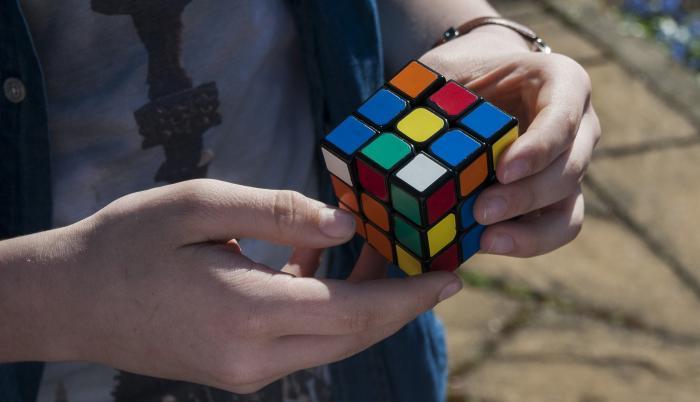 Niño juega con el cubo de Rubik