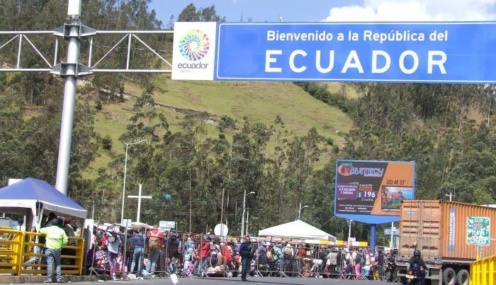 Vista de migrantes venezolanos llegando al Puente de Rumichaca para entrar a Ecuador.