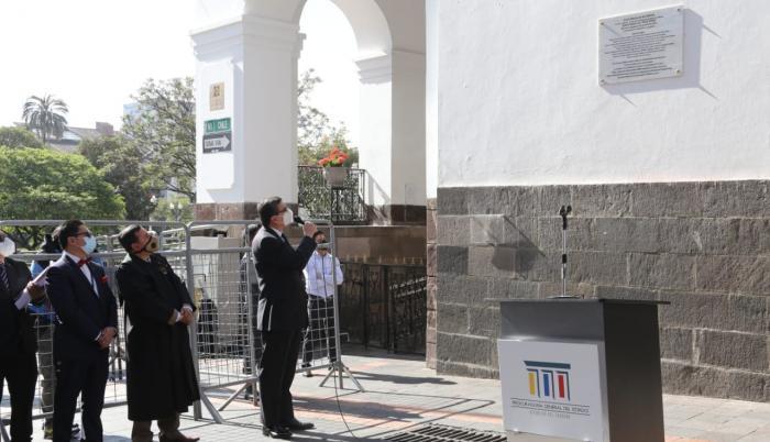El procurador general del Estado, Íñigo Salvador, mostró la placa.