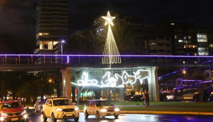 Pese a la pandemia y a las restricciones de movilidad, el Municipio de Quito mantuvo la tradición de decoración navideña en el sur, centro, norte y periferias de la capital. En la avenida Naciones Unidas, por ejemplo, se colocó un pesebre de neón.