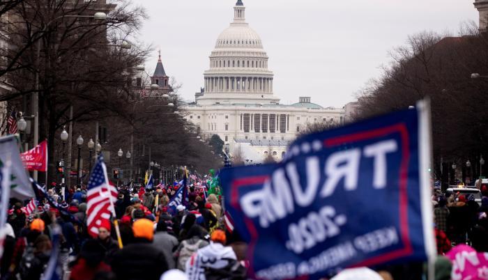 Manifestantes adeptos al presidente de EE.UU., Donald Trump, protestan ante el Capitolio, sede del Congreso estadounidense, en Washington