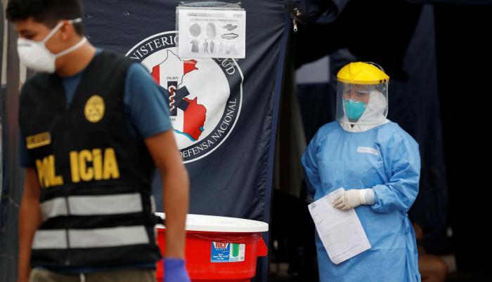 Personal médico recibe a pacientes con síntomas del covid-19 para practicarles pruebas en Lima