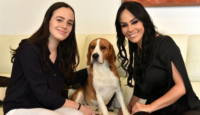 Marcela Holguín junto a su hija y su mascota.