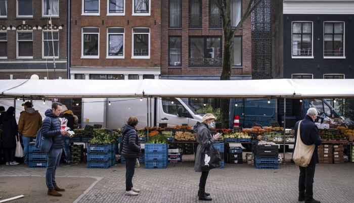 Países Bajos impondrá toque de queda y prohíbe vuelos a R. Unido y Sudamérica.