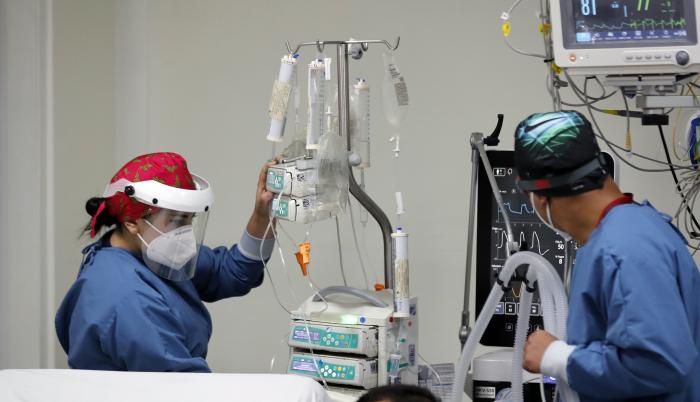 Personal médico atiende a un enfermo en una unidad de cuidado intensivo NO COVID del Hospital El Tunal, el 17 de enero de 2021 de en Bogotá (Colombia).
