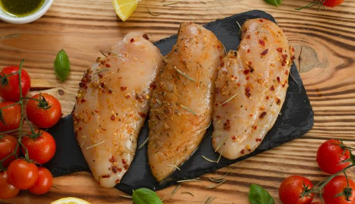 Carne de pollo marinada
