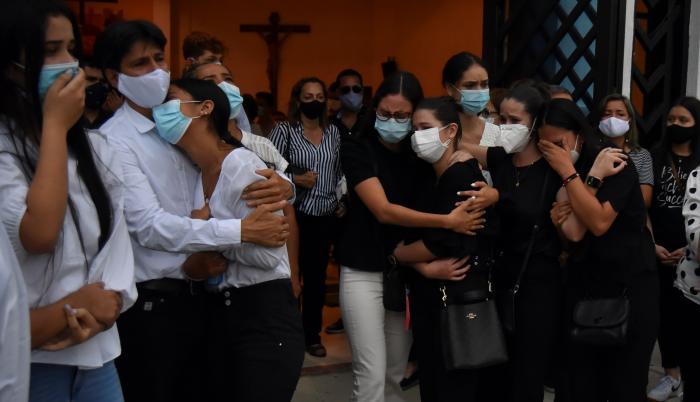 Familiares y amigos de Sara María García Rodríguez se lamentan hoy durante su velatorio en Buga, Valle del Cauca (Colombia).