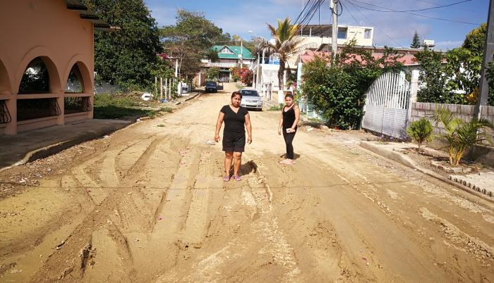 Abandono. Dos vecinas de La Victoria, una ciudadela ubicada al norte de General Villamil, paradas en medio de la vía sin asfalto, un escenario que se repite en los alrededores del lugar.