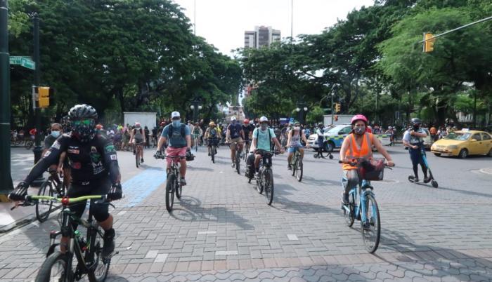 La cita de los ciclistas tuvo varios puntos. Uno de estos fue el parque Centenario, en el centro.
