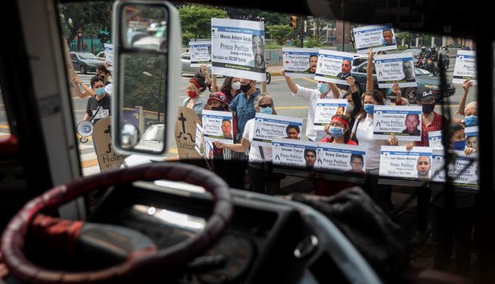 Fotografía tomada el pasado 10 de diciembre en la que se registró a decenas de personas al exigier el respeto de los derechos humanos en una calle en Caracas (Venezuela).