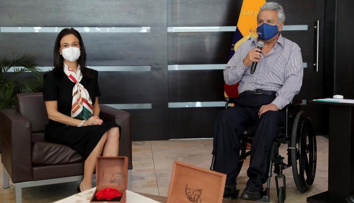 El presidente de Ecuador Lenin Moreno (d), se reunió hoy jueves en Quito, con la jefa de la misión electoral de la OEA, Isabel de Saint Malo
