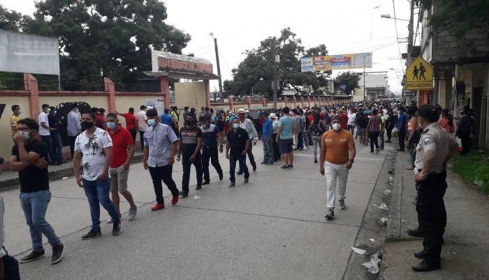 COLA EN LA AVENIDA 9 DE OCTUBRE PARA INGRESAR AL COLEGIO ECUADOR AMAZONICO