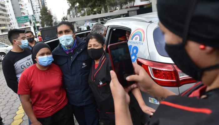 Yaku Pérez se tomó fotos con simpatizantes en los exteriores del CNE.