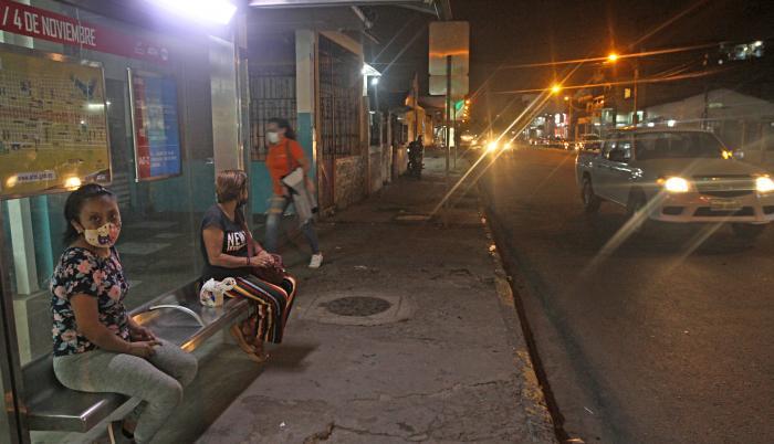 La noche de ayer empezaron a sentirse los estragos de la decisión de los transportistas.
