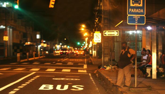 Durante horas se quedaron esperando los usuarios de los buses la noche del lunes pasado.