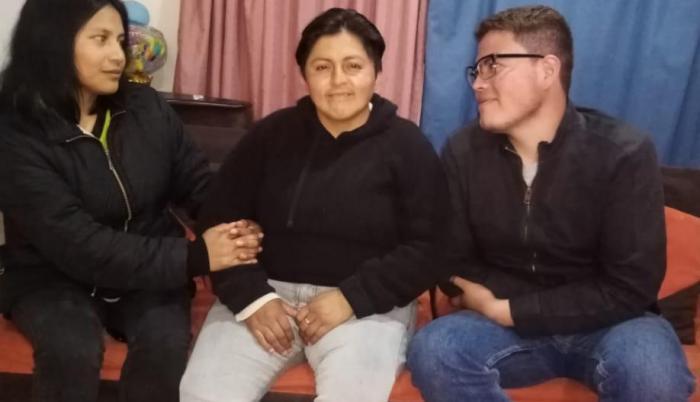 Andrea, María José y Emilio, en una relación poliamorosa. Viven en Quito.