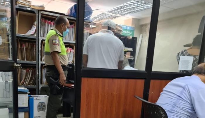 El sospechoso (con gorra) fue detenido en el despacho del fiscal que investiga el caso.