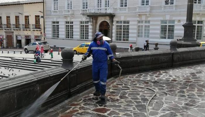 En Quito se deben realizar hidrolavados en las calles.