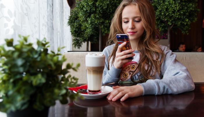 Adolescente concentrado en su celular