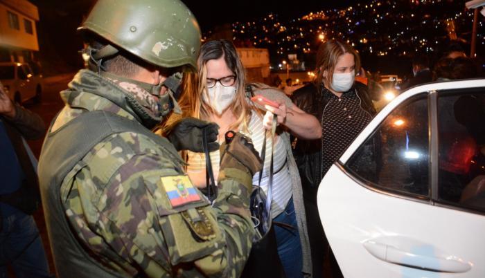 En la capital también hay controles militares en la noche.