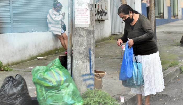 La ciudadanía no respeta el horario de recolección de basura.