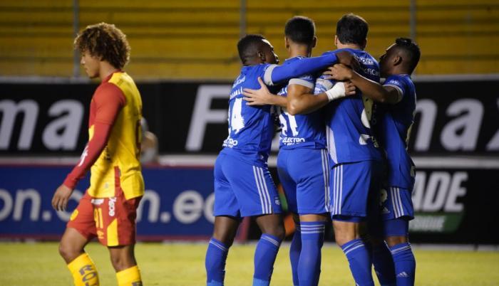 El volante Sebastián Rodríguez (c) marcó el primer gol de Emelec en la victoria como visitante sobre Aucas.