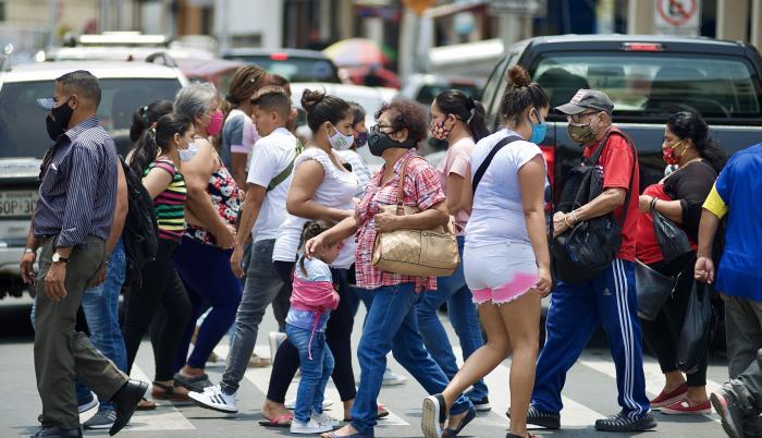 Personas caminan en una calle de la ciudad de Guayaquil (Ecuador).