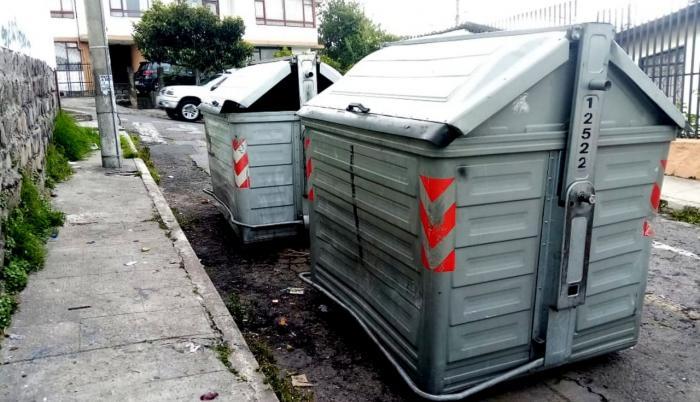Los contenedores de basura son objeto de vandalismo en Quito.