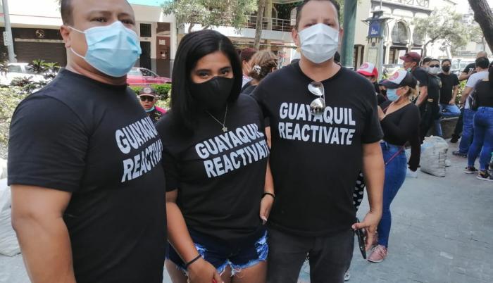 Los protestantes portan carteles, bocinas y camisetas de color negro con leyendas como