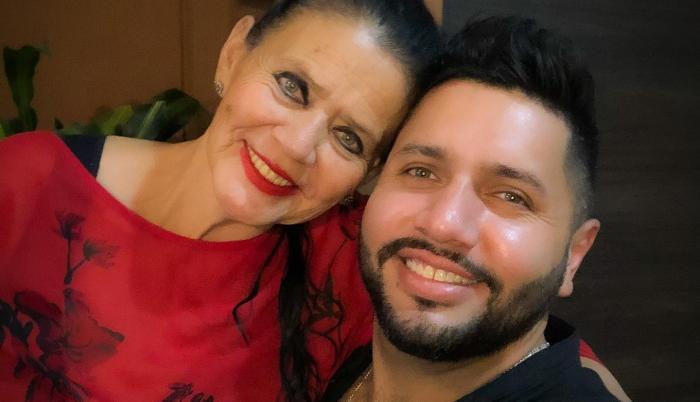 Nicolás Espinosa con su madre