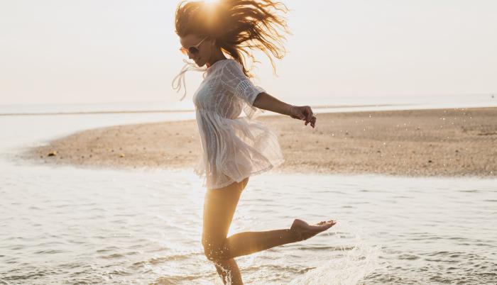 Mujer disfrutando de la playa