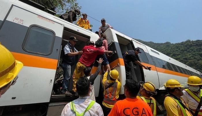 El rescate de los 66 pasajeros en el percance del tren