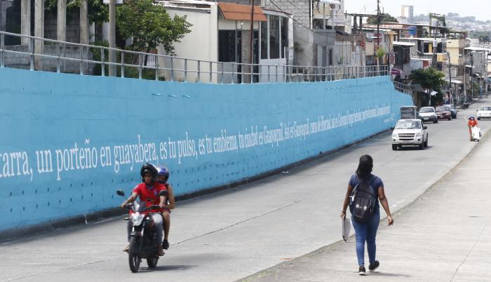 Mural del proyecto Letras Vivas. Al menos medio centenar de frases han sido pintadas.