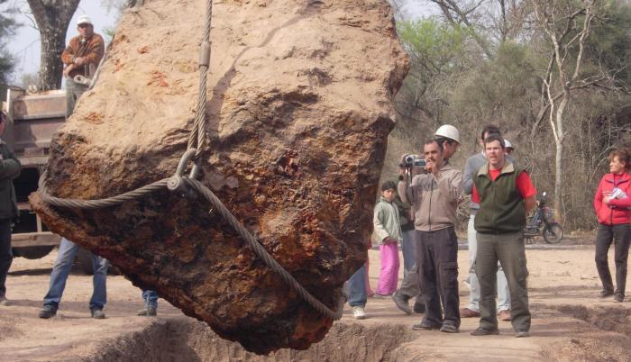 Fotografía cedida hoy por la Asociación Chaqueña de Astronomía que muestra el levantamiento en 2016 del meteorito Gancedo, en la provincia de Chaco (Argentina).