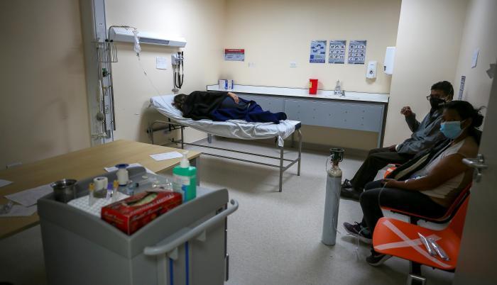 El registro de muertos sumó 53 nuevos casos y se ubicó en 12.158 confirmados por pruebas PCR y 4.899 fallecidos probables, precisó la cartera sanitaria en su parte oficial diario.