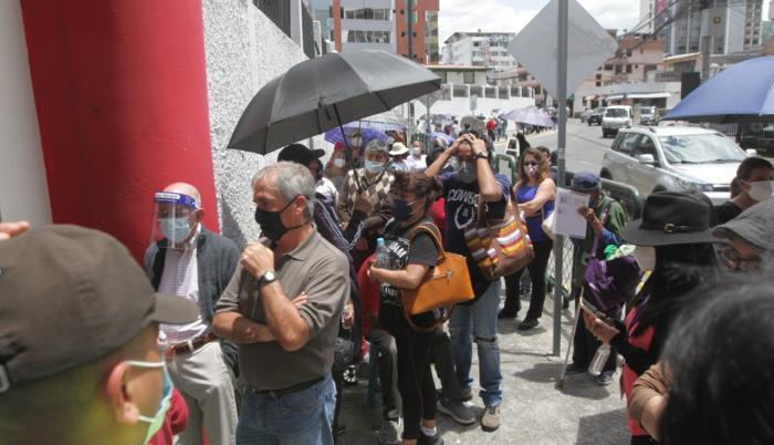 Las largas filas para acceder a la vacuna se repitieron hoy.