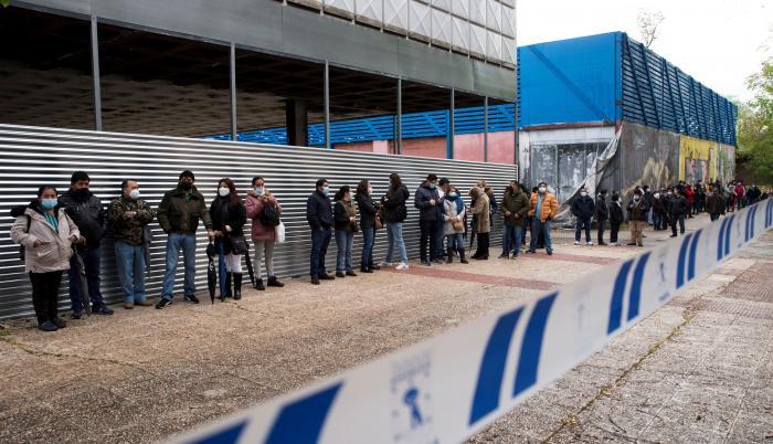 Varios votantes ecuatorianos esperan su tuno para participar en la segunda vuelta de las Elecciones 2021 este domingo, en el Pabellón de Cristal de la Casa de Campo de Madrid.