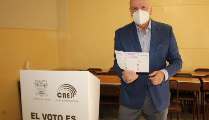 Alfredo Borrero ejerció su derecho al voto en la ciudad de Cuencxa.